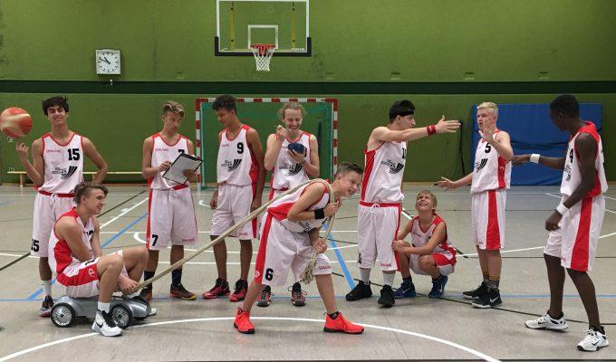 Das Team der U16 Basketball 2017/2018: Eren, Tim, Rudi, Yannick, Hakon, Anton, Ali, Uli, Sören, Noah. Es fehlt Cem (von links nach rechts)