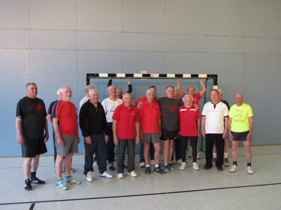"""Gruppenbild """"Männer-Gymnastik und Spiele"""" mit Walter (2. von links)."""